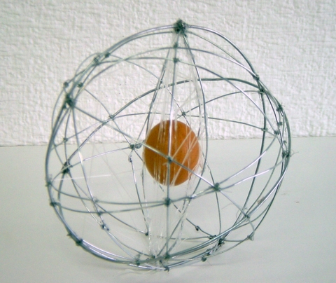 Diseño de artefacto.Tirar un huevo desde un tercer piso sin que se rompa. Materiales diversos para su construcción